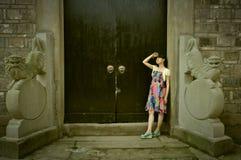 Китайская девушка в старом городке Стоковое фото RF
