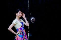 Китайская девушка в старом городке Стоковая Фотография