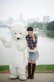 Китайская девушка и талисман полярного медведя Стоковая Фотография RF