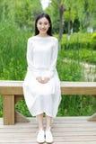 Китайская девушка нося белое платье Стоковое фото RF