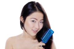 Китайская девушка расчесывая ее волосы Стоковое фото RF