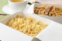 Китайская еда внутри принимает вне контейнеры стоковое фото