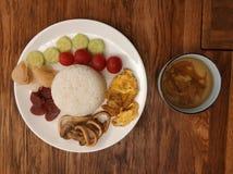 Китайская еда в белой плите стоковое изображение