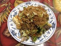 Китайская еда на плите в ресторане Стоковые Изображения RF