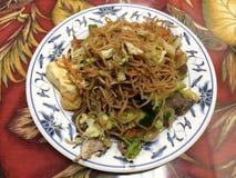 Китайская еда на плите в ресторане Стоковые Изображения