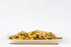 китайская еда mein чау-чау говядины Белая предпосылка Стоковая Фотография