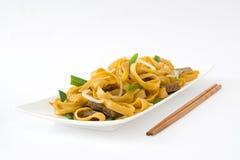 китайская еда mein чау-чау говядины Белая предпосылка Стоковые Фотографии RF