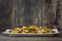 китайская еда mein чау-чау говядины деревянное предпосылки деревенское Стоковая Фотография RF
