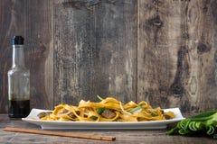 китайская еда mein чау-чау говядины деревянное предпосылки деревенское Стоковые Изображения