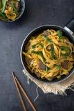 китайская еда Mein чау-чау говядины на черном камне Стоковые Фотографии RF