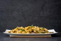 китайская еда Mein чау-чау говядины на черном камне Стоковое Изображение