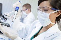 китайская женская женщина научного работника лаборатории Стоковые Фотографии RF
