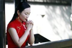 Китайская женщина в cheongsam делает желание в древнем городе Mudu Стоковые Фотографии RF