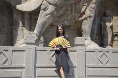 Китайская женщина держа азиатский вентилятор Стоковые Изображения RF