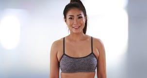 Китайская женщина стоя на спортзале стоковое изображение rf