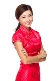 Китайская женщина с красным cheongsam на лунный Новый Год Стоковая Фотография RF