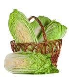Китайская капуста и половина в плетеной корзине изолированной на белой предпосылке Стоковое Изображение