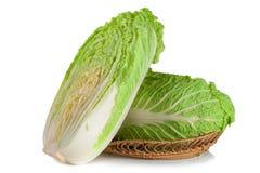 Китайская капуста и половина в плетеной корзине на белой предпосылке Стоковое Фото