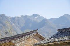 Китайская крыша кирпича на предпосылке гор, большой Великой китайской стене Стоковая Фотография