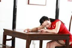 Китайская модель cheongsam сидит на табуретке Стоковые Изображения RF