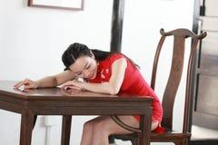Китайская модель cheongsam сидит на табуретке Стоковые Фото
