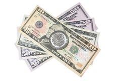 Китайская монетка над долларами Стоковое Изображение