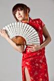 Китайская модель в традиционном платье Cheongsam Стоковое Изображение