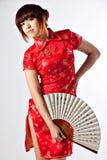 Китайская модель в традиционном платье Cheongsam Стоковое Фото