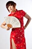 Китайская модель в традиционном платье Cheongsam Стоковые Изображения RF