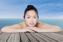 Китайская модель с здоровой кожей на пляже Стоковая Фотография RF