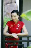 Китайская модель cheongsam в китайском классическом саде Стоковая Фотография