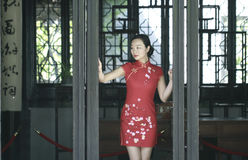 Китайская модель cheongsam в китайском классическом саде Стоковые Фотографии RF
