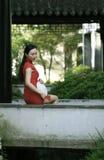 Китайская модель cheongsam в китайском классическом саде Стоковые Изображения RF