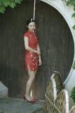 Китайская модель cheongsam в китайском классическом саде Стоковые Изображения