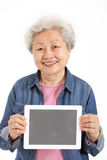Китайская старшая женщина держа таблетку цифров Стоковая Фотография RF