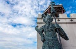 Китайская статуя и голубое небо Стоковое Изображение