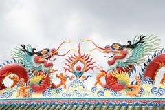 Китайская статуя дракона на крыше с предпосылкой неба Стоковое Фото
