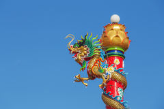Китайская статуя дракона с голубым небом Стоковые Фото