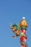 Китайская статуя дракона с голубым небом Стоковые Изображения RF