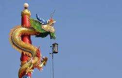 Китайская статуя дракона с предпосылкой голубого неба Стоковое Фото