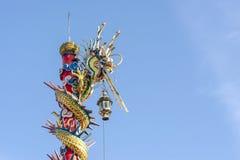 Китайская статуя дракона с предпосылкой голубого неба Стоковое фото RF