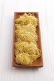 Китайская сухая лапша в деревянном блюде Стоковые Изображения