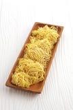 Китайская сухая лапша в деревянном блюде Стоковое Изображение