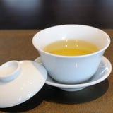 Китайская чашка чая на роскошном napery стоковые изображения