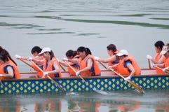 Китайская шлюпка дракона с женщинами Стоковое Фото