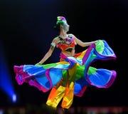Китайская этническая девушка танцы Стоковые Изображения
