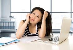 Китайские азиатские студент или бизнес-леди утомляли работу и изучать на компьтер-книжке компьютера Стоковое Фото