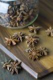 Китайские анисовка и стекло звезды раздражают на животиках прерывая доски старых деревянных Стоковая Фотография RF