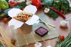 Китайские лапши в коробке вка Стоковая Фотография
