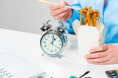 Китайские лапши в коробке во время обеда Стоковое Фото